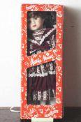 Porzellankopf-Puppe, Mädchen mit langen hellbraunen Haaren und braunen Augen, bekleidet mit einem