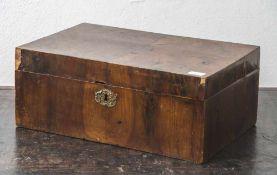 Schatulle, wohl 19. Jahrhundert, Nußbaum furniert, Maße: ca. 16 x 38,5 x 24,5 cm, stark rest.-bed.