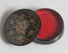 Kleine russische Lackdeckeldose mit floraler Bemalung in Rot und Gold auf schwarzem Grund, runde