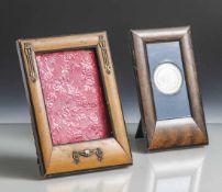 2 kleine Tischbilderrahmen, 1 x Jugendstil mit Metallapplikationen, 1 x mit gerahmter Silbermünze,