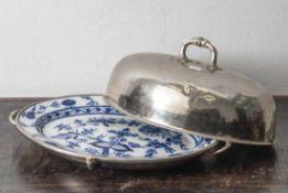 Große ovale Platte mit Servierhaube, Deutschland, um 1900, Platte aus Porzellan, Zwiebelmusterdekor,
