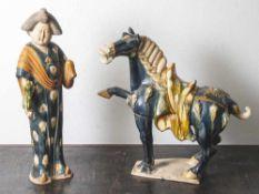 Stehendes Pferd mit Sattelzeug und Hofdame mit Katze, China 20. Jabrhundert, im Tang-Stil, Ton,