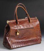 Damenhandtasche, in Krokodillederoptik, nussbraun, Metallmontierung, m. magnetischer Schließe, 2