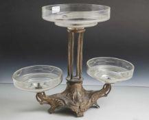 Jugendstil-Tischaufsatz, um 1900, Zinkgussgestell mit 3 weit auladenden Glasschalen aus farblosem