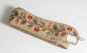 Biedermeier-Klingelzug, Stoff, mit floraler Stickarbeit, Kordeleinfassung. L. ca. 155 cm.