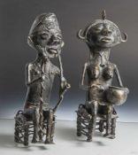 2 Bronzefiguren, Mossi, Burkina Faso, auf Hockern sitzende männliche und weibliche Figur. Die