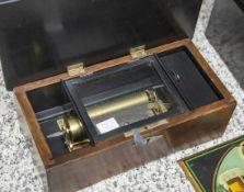 Kleine Walzenspieluhr, um 1900, guter spielbarer Zustand, Nußholzgehäuse, versch. Melodien,