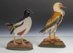 Zwei Aufsteller, Metall, farbig bemalt, Darstellung zweier Vogelfiguren. H. ca. 26,5 bzw. 24 cm.