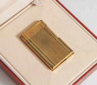Dupont-Feuerzeug, vergoldet, Fischgrät-Muster, ca. 55 x 36 x 10 mm. In originalem Etui. Alters-