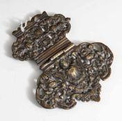 Buchschließe, wohl 18. Jahrhundert, Bronze, durchbrochen gearbeitet. L. ca. 11 cm, H. ca. 7 bzw. 9