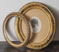 2 ovale Rahmen, a) verg. Holz-/Stuckrahmung mit Floralrelief, ca. 41 x 36 cm, Innenmaß: ca. 29 x