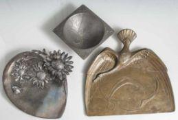 3 Teile Jugendstil-Metallarbeiten: Aschenschale, Kayser-Zinn; Schreibtischablage mit Tintenfässchen,
