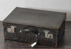 Antiker Handkoffer, Krokoleder dunkelbraun, Innentasche u. herausnehmbares Fach mit Klappdeckel,