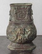 Bronzevase im archaischen Stil, China, wohl Ming-Dynastie, mit großen taotie-Masken und stilisierten
