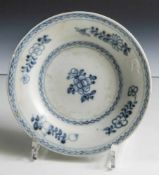 Teller aus dem Wrack der Tek-Sing, Porzellan mit unterglasurblauer floraler Malerei. DM. ca. 18,5