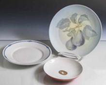 Konvolut von drei Porzellantellern, verschiedene Manufakturen und Ausführungen, darunter: a)