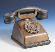 Altes Telefon, 20. Jahrhundert, Kupfergehäuse, Bakelit-Hörer, Wählscheibe. H. ca. 17 cm, Br. ca.