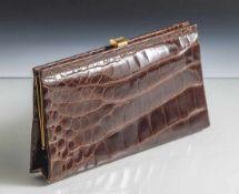 Damenabendhandtasche, 1960er Jahre, braunes Krokodilleder, flache Form, Metallmontierung.