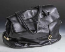 Damenhandtasche, Aigner, schwarzes Glattleder, Metallmontierung. 2 Tragegriffe, ca. 25 x 38 cm,