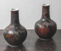 Paar Vasen, Japan, Meiji-Zeit, um 1900, Jiki-Shippo-Dekoration (Cloisonné auf Porzellan). Auf