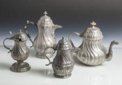4 Zinnkannen, wohl 18./19. Jahrhundert, birnenförmige Körper mit geschweiftem Faltenwurf. H. ca.
