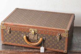 Louis Vuittonreisekoffer, rechteckig, Kanten in Leder u. Metall, Bespannung mit bekanntem Label-