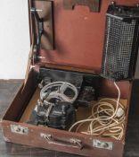 Schmalfilm-Projektor, Zeiss Ikon, mit Lichtquelle und Basis. In originalem Koffer. Fkt. nicht