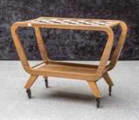 Tee- oder Servierwagen, 1950er Jahre, Nussholz, auf Rollen leicht geschwungenes Gestell, unten