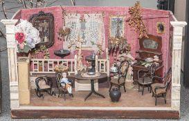 Puppenstube, Wohnzimmer, wohl um 1900, mit eingebauter Empore. Mit reichhaltiger Ausstattung (