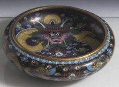 Cloisonné-Schale, China, Anfang 20. Jahrhundert, flache, gedrückt-bauchige Form auf eingezogenem