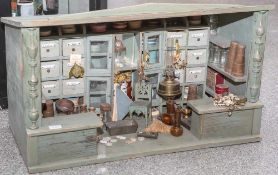Kolonialwarenladen, Anfang 20. Jahrhundert, m. 2 Verkaufstresen, seitlichen Regalen und rückwärtiger