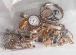 Posten Modeschmuck, 21 Teile, bestehend aus: 3 Armbändern, 1 Armreif, 6 Anhängern, 1 Brosche, 2
