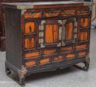 Kleine Kommode/Anrichte, Korea, neuzeitl., Holz, dunkel gebeizt, in der Front 2 Türen mit