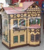Großes Puppenhaus, deutsch, 20. Jahrhundert, 2-stöckig, m. Treppenhaus und 4 vollständig