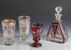 4 Teile Glas, Ende 19. Jahrhundert, 3 Fußbecher und 1 Flakon. Farbloses Glas, rot überfangen/