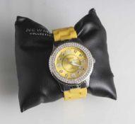 Damenuhr, Newmann Collection, gelbes Acetat-Armband, rundes Ziffernblatt mit Strasssteinen umrandet,