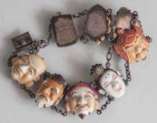 Armband mit den Masken der 7 japanischen Glücksgötter, Mitte 20. Jahrhundert, Porzellan,