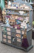 Galantariewarenladen, um 1900, m. Anrichte/Verkaufsschrank mit zahlreichen Fächern, Schüben, Regalen