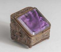 Taschenuhrenvitrine, Ende 19. Jahrhundert, getriebenes Metallgehäuse mit reliefierter