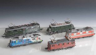 5 verschiedene E-Loks, 1 x Märklin (E884), 3 x Lima (1112, 11520, 10683), Joeuf (11181). Alters- und