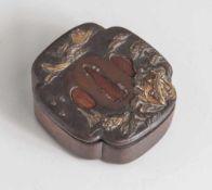 Tsuba, Japan, wohl späte Edo-Periode, Kupfer/Kupferlegierung mit Goldauflage. Landschaftsdarstellung