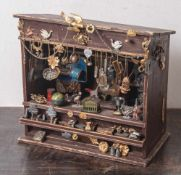 Kleines Kuriositätenkabinett, Puppenstube, wohl Anfang 20. Jahrhundert, ausgestattet mit zahlreichen