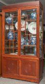 Glasvitrine, China, 20. Jahrhundert, innen mit Etagereneinteilung, 2/3 verglast. Im unteren