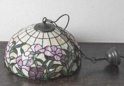 Deckenlampe, neuzeitl., in Tiffanytechnik hergestellt, umlaufender stilisierter Blumenfries. DM