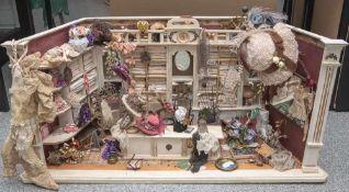 Galantariewarenladen, um 1900, m. Verkaufstresen und Verkaufswand mit zahlreiche Fächern.