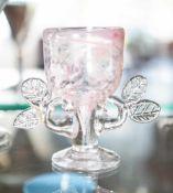 Kelchglas, Entwurf Paula Bartron (geb. 1946), farbloses Glas mit rosafarbenen Einschmelzungen,