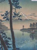 Japanischer Holzschnitt mit der Ansicht des Fuji, an den Rändern bez. Ca. 27 x 20 cm,hinter Glas