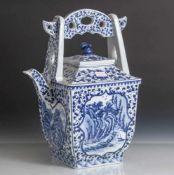 Teekanne, China, 20. Jahrhundert, Porzellan, blau-weiß Malerei, Dekor von Ranken sowieKartuschen mit