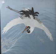 Seidenstickarbeit (fein) Japan, Darstellung eines fliegenden Kranich unter sich die Wogendes