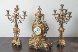 Kaminuhr mit zwei Beistellern, Frankreich, Ende 19. Jahrhundert, Neobarock, Bronze,feuervergoldet,
